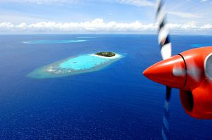 ヘリから見るアリ環礁北部